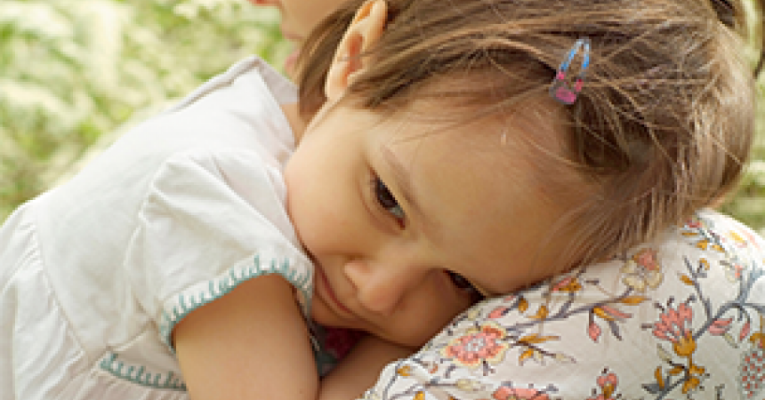 Shy children: how to overcome the fear of strangers?