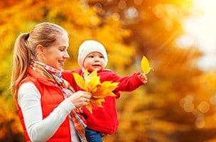 Jouer avec les feuilles de l'automne