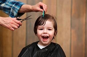 La première fois par le coiffeur